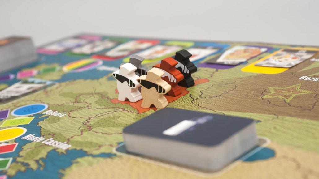 Zbliżenie na pionki z gry Miś Wojtek
